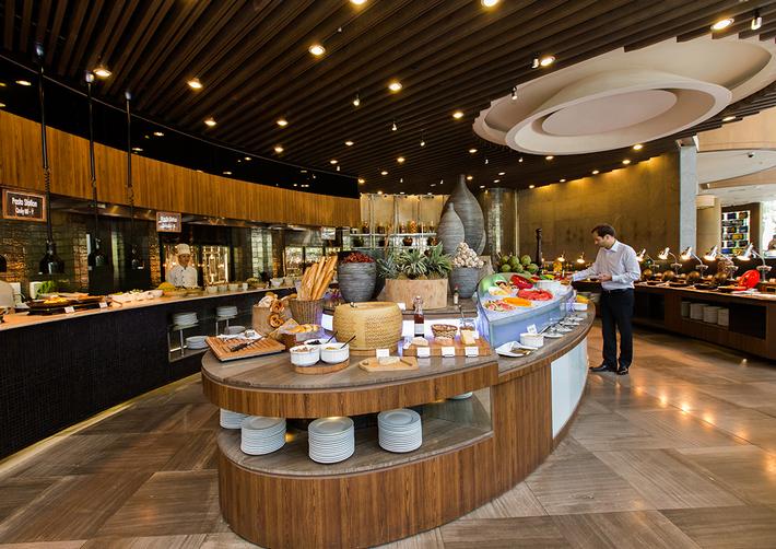 Buffet tự chọn tại nhà hàng của khách sạn