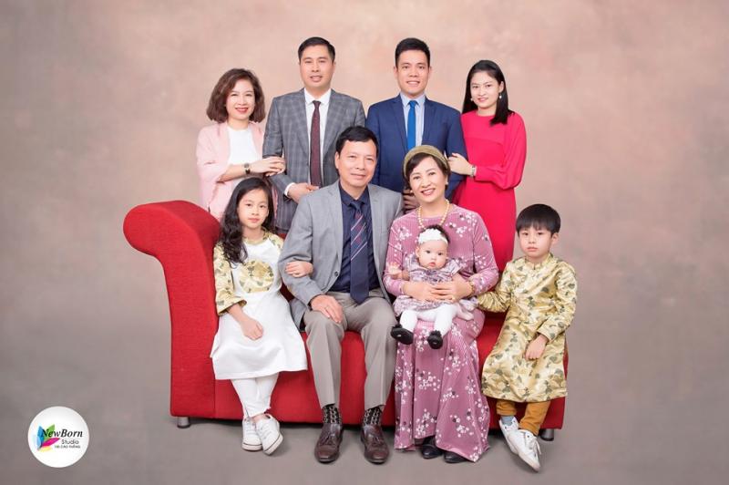 Khi lựa chọn chụp ảnh gia đình tại Newborn, bạn sẽ được hướng dẫn cách tạo dáng, biểu cảm sao cho các thành viên trong gia đình thể hiện được sự gắn kết, ấm áp mà vẫn vui vẻ nhất