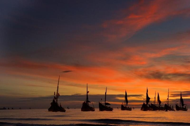Thấp thoáng những con thuyền giữa muôn ngàn sóng nước làm náo nức, xôn xao cả mặt biển.