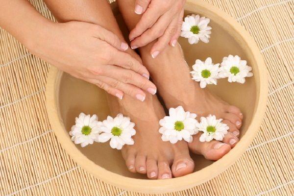 Để tăng thêm tính hiệu quả, bạn có thể pha nước ngâm chân cùng với muối hột hoặc cánh hoa vừa tàn, giúp đẹp da và xóa đi mùi hôi chân khó chịu.