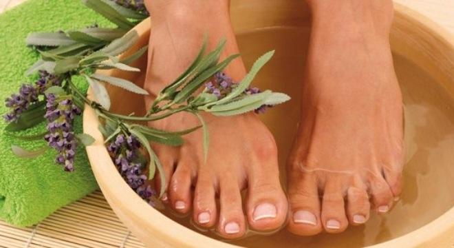 Ngâm chân bằng nước nóng