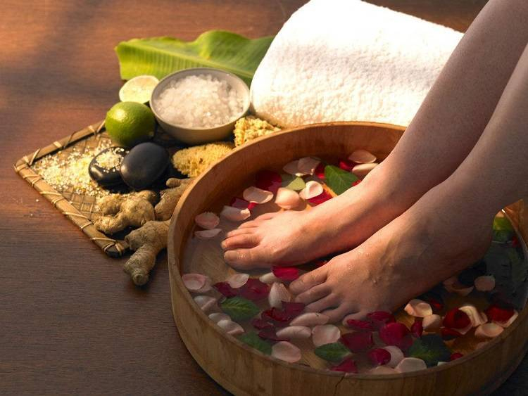 Ngâm chân bằng nước ấm giúp mạch máu lưu thông, giảm triệu chứng gây ra do rối loạn tiền đình