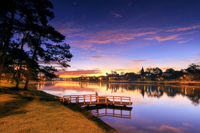 Watch the purple sunset at Xuan Huong Lake