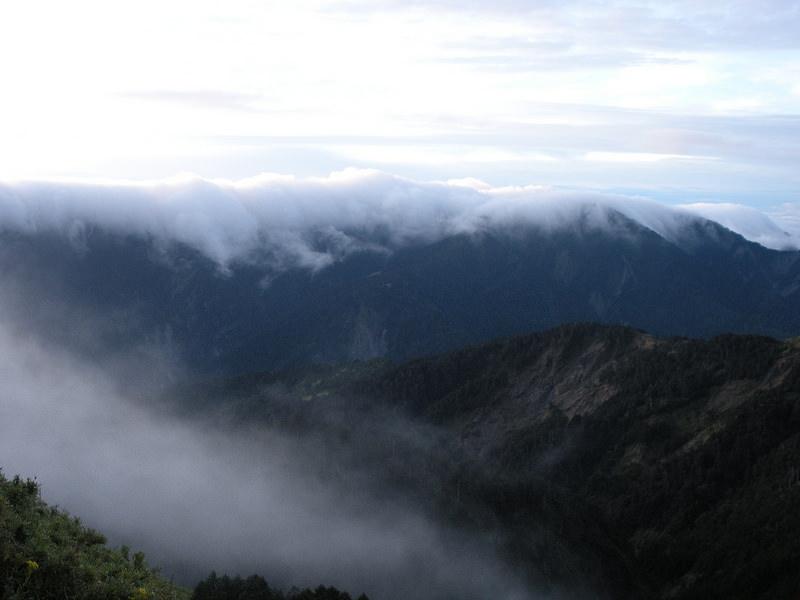 Ngắm hoàng hôn trên hai ngọn núi đẹp tựa bồng lai