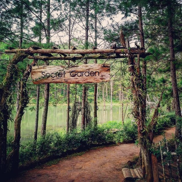Secret Garden is the favorite photography studio of couples and groups of friends
