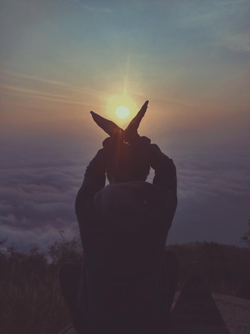 Ngắm mặt trời lặn sau chân mây