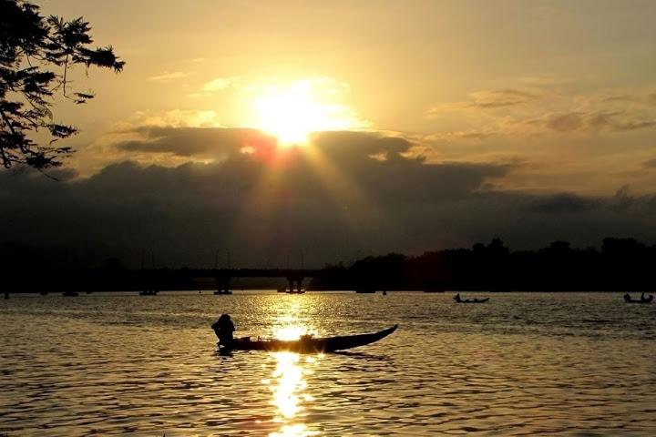 Xa xa là dòng sông quê hương hiền hòa chảy.