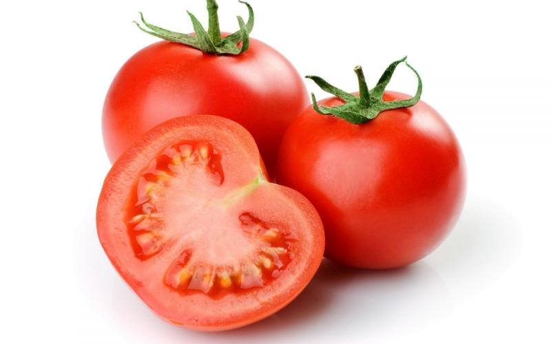 Cà chua: Ngâm 10 phút trong nước muối loãng
