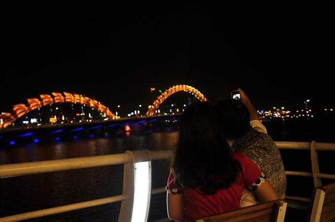 Cùng nhau ngắm cảnh thành phố khi đêm về