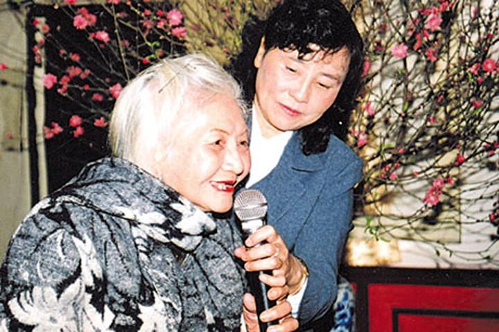 Nữ thi sĩ Ngân Giang lúc tuổi già (tay trái)