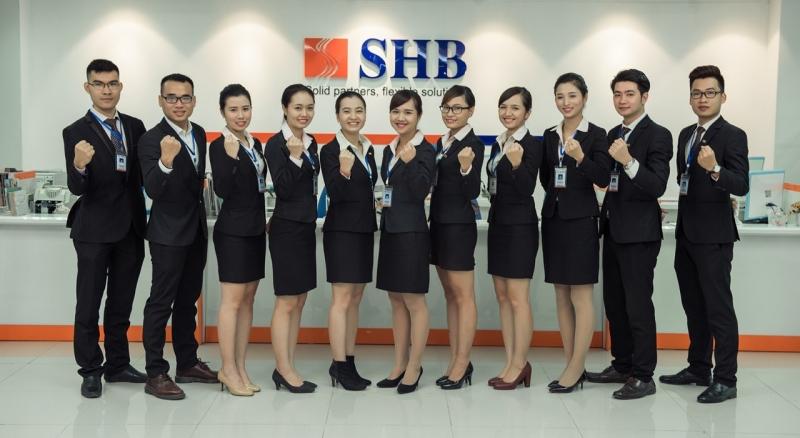Nhân viên ngân hàng SHB tươi tắn trong bộ đồng phục