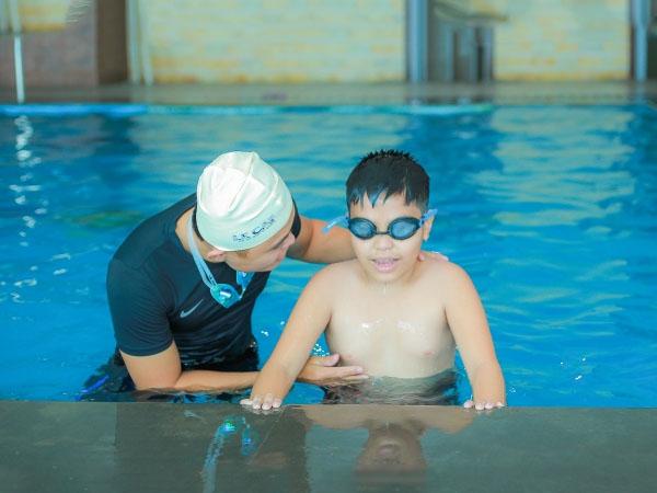 Bơi lội được xem là phương pháp hữu hiệu giúp đẩy lùi bệnh béo phì ở trẻ, giúp trẻ trở thành nhanh nhẹn và linh hoạt hơn.