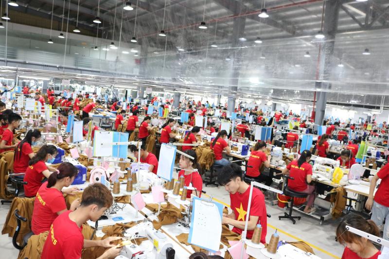 Công nhân đang làm việc tại một công ty may mặc xuất khẩu tại huyện Giao Thủy, tỉnh Nam Định