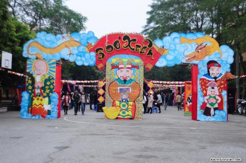 Một góc cổng trại - mỗi năm sẽ được trang trí và thiết kế khác nhau