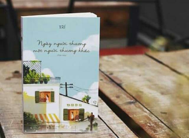 Bìa sách ngày người thương một người thương khác cũng trong veo thuần khiết như chính những dòng cảm xúc của tác giả.