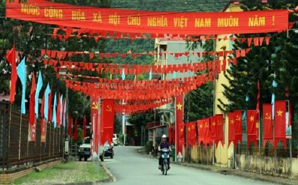 Những lá cờ Tổ quốc được treo cao trên mái ngói đỏ tươi, bay phấp phới giữa bầu trời tạo nên không khí vui tươi, phấn khởi.