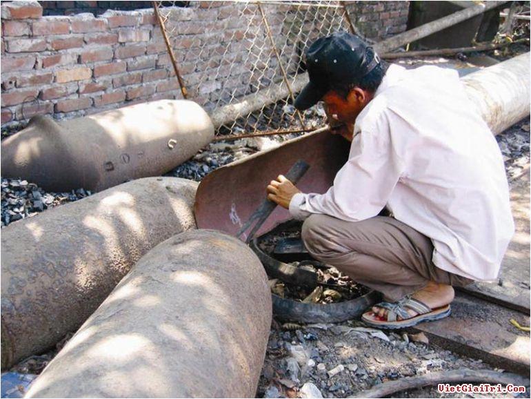 Người thợ đang đánh đổi mạng sống để cắt bom