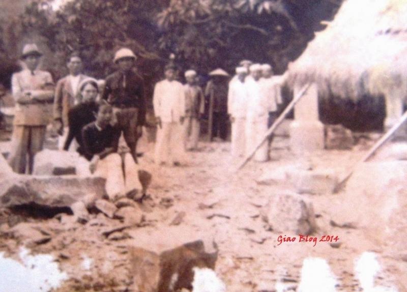 Một hình ảnh hiếm hoi còn sót lại của thợ làm đá làng Nhồi cùng khách hàng đến từ Huế năm 1936