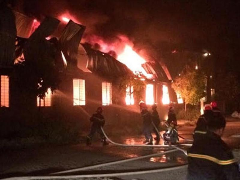 Những người lính đang nỗ lực dập đám cháy