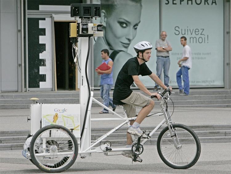Chiếc xe được trang bị 9 camera, một thiết bị định vị GPS để người đạp xe có thể di chuyển, chụp ảnh phục vụ cho chương trình của Google Maps.