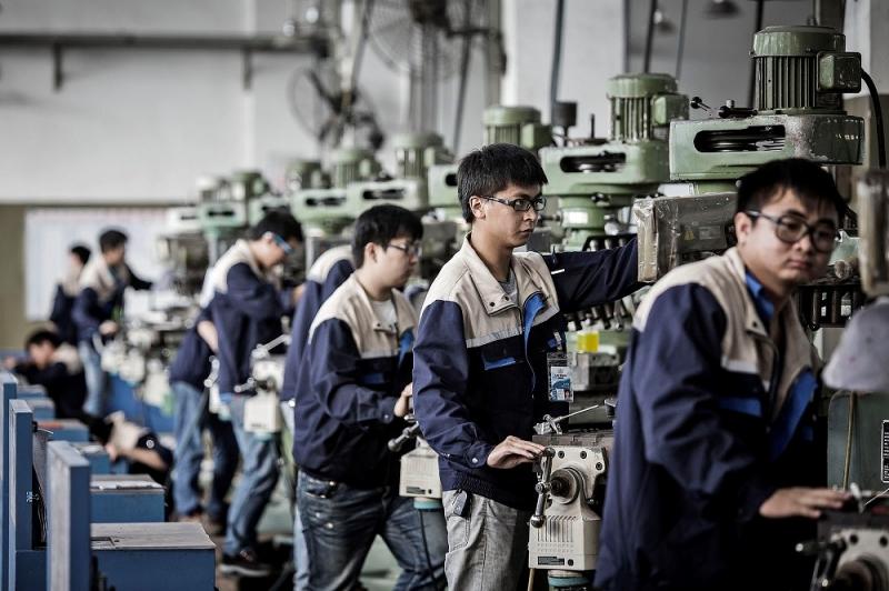 Công nhân làm việc theo dây chuyền
