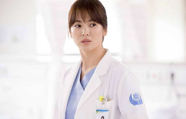 Bác sĩ Kang Mo Yoen (Song Hye Kyo) trong Descendants of the Sun