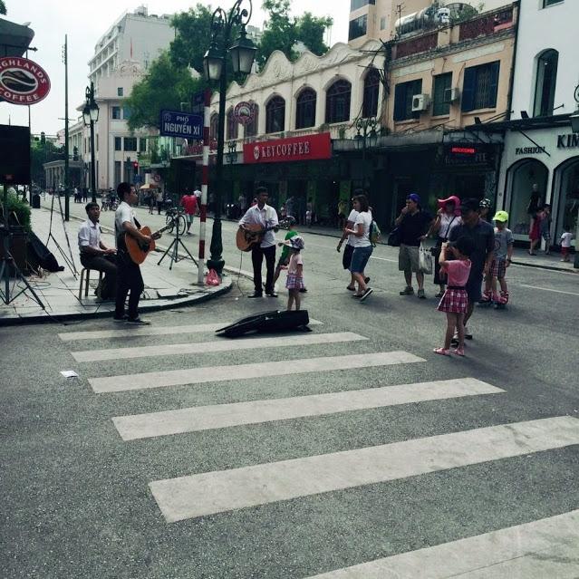 Nghe nhạc đường phố