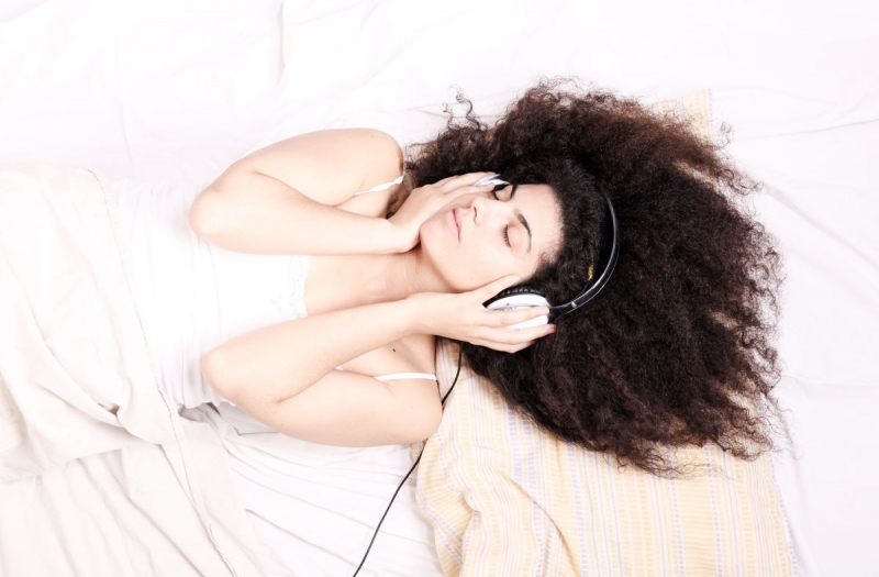 Âm nhạc là món ăn tinh thần không thể thiếu.