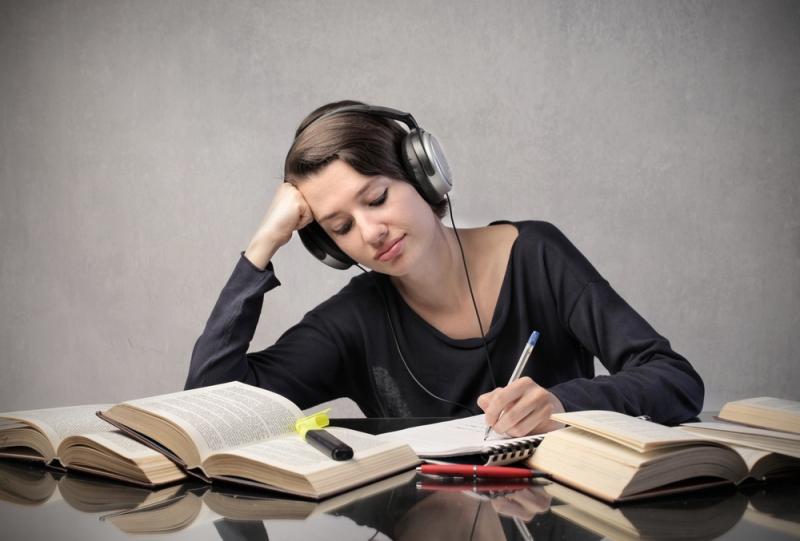 Nghe các bài hát tiếng Anh cũng là một cách để các bạn trau dồi kĩ năng nghe của mình