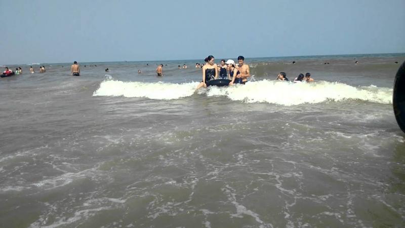 Tắm biển Sầm Sơn điều thú vị nhất là được những con sóng mạnh mẽ, trong lành đẩy lên rồi hạ xuống như đùa giỡn với ta.