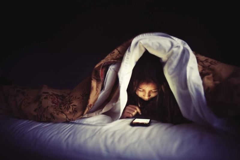 Nghịch điện thoại trước khi ngủ (nguồn internet)