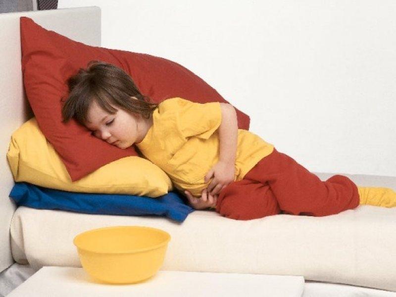 Trẻ có biểu hiện buồn nôn khi bị ngộ độc thức ăn