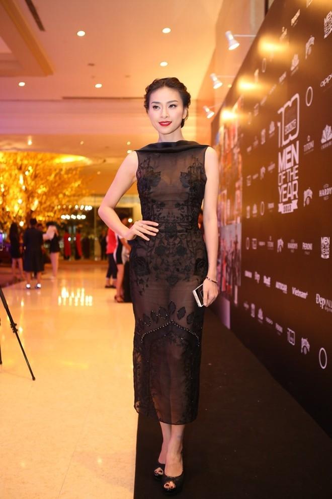 Sự lựa chọn thời trang yêu thích của cô nàng này chính là trang phục tối giản đơn sắc, váy body dài và cổ thuyền.