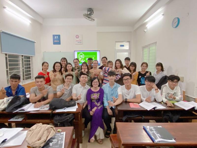 Học viên và giảng viên tại lớp