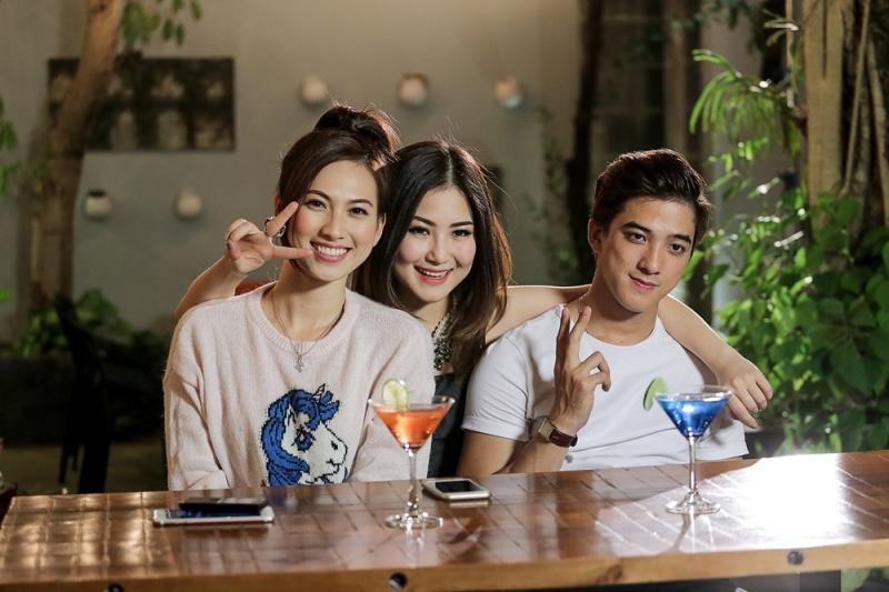 Hương Tràm cùng hai diễn viên chính trong MV Ngốc