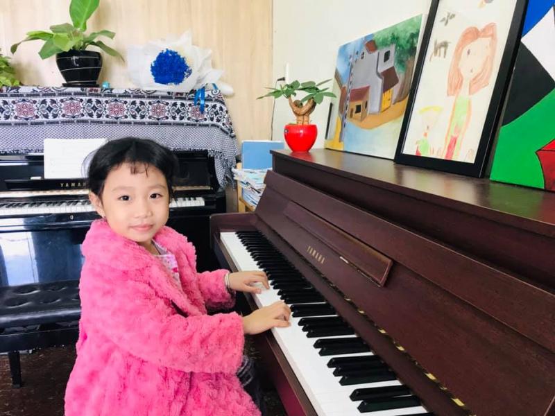 Các bé thực hành piano