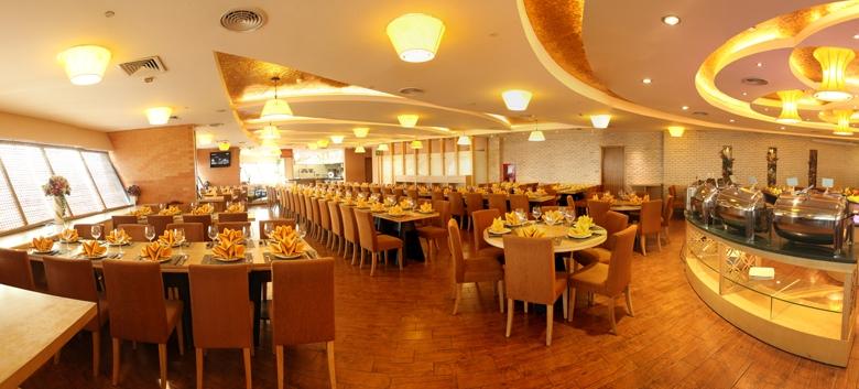 Không gian và cách bài trí của nhà hàng với màu vàng chủ đạo