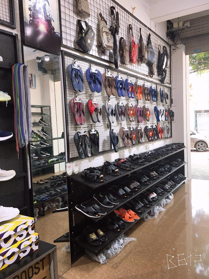Không những bán giày, tại cửa hàng còn bày bán nhiều mãu mã dép bắt mắt