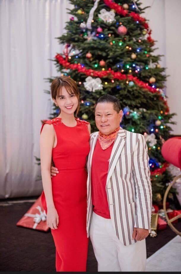 Ngọc Trinh và Hoàng Kiều diện áo đôi đón Giáng sinh