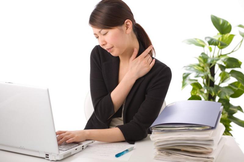 Ngồi lâu trước máy tính khiến đau mỏi vai và lưng