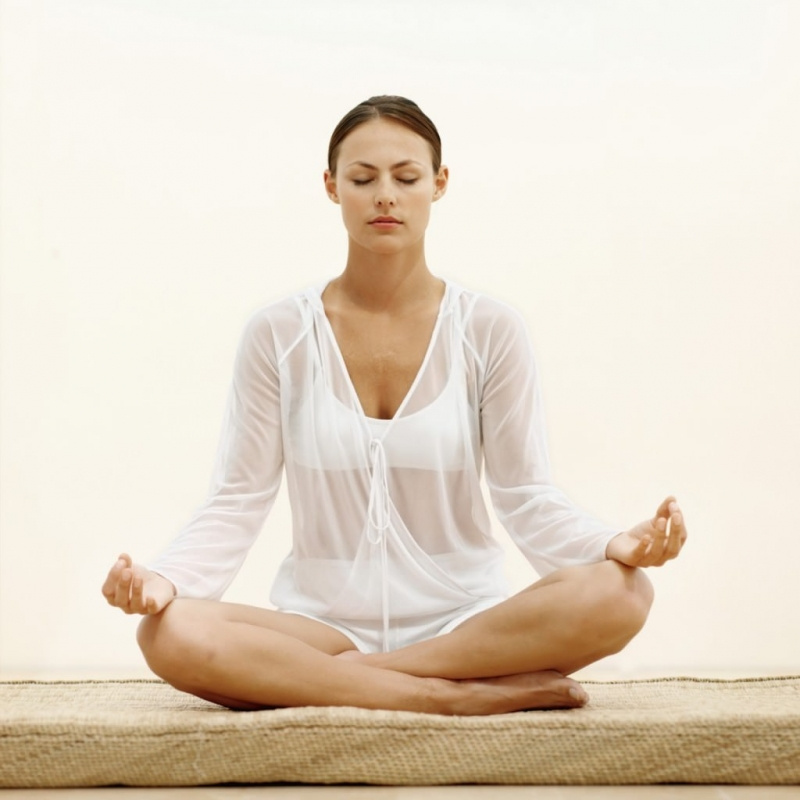 Ngồi thiền hoặc tập những bài giãn cơ nhẹ nhàng