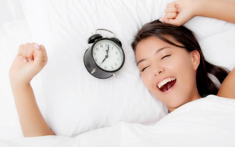 Ngủ đủ 8 tiếng mỗi ngày sẽ giúp cơ thể khỏe và tinh thần thoải mái hơn.