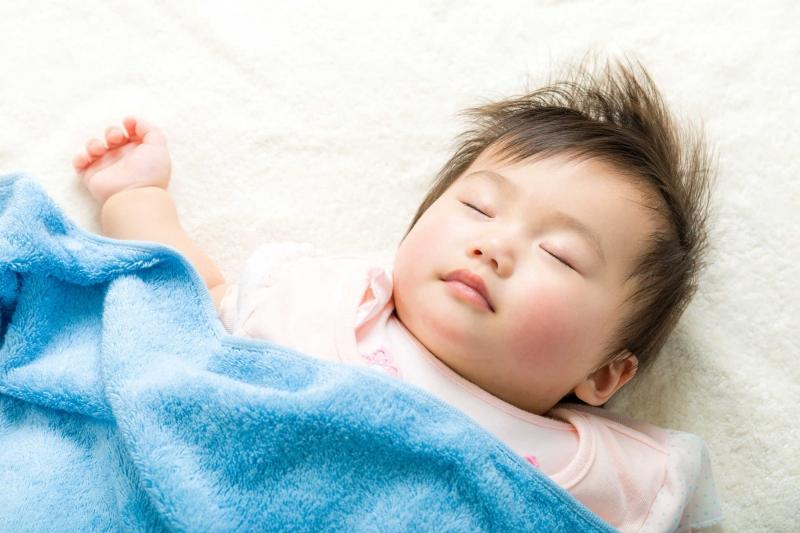 Nếu bé ngủ quá nhiều hoặc quá ít, hoặc bé ngủ li bì, đánh thức dậy vẫn lờ đờ, mệt mỏi, khi mẹ ko đánh thức nữa là lại lịm đi thì mẹ phải mang trẻ đến bệnh viện khám ngay.