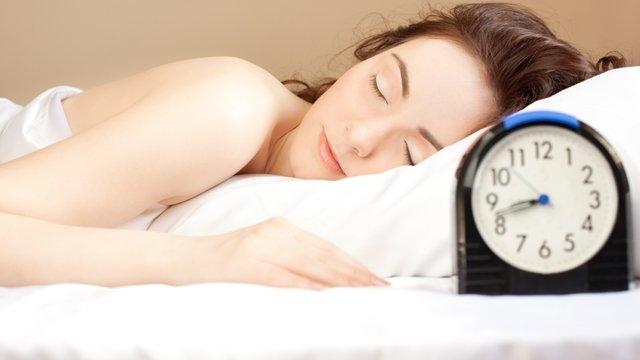 Nên đặt báo thức để có giấc ngủ hợp lí