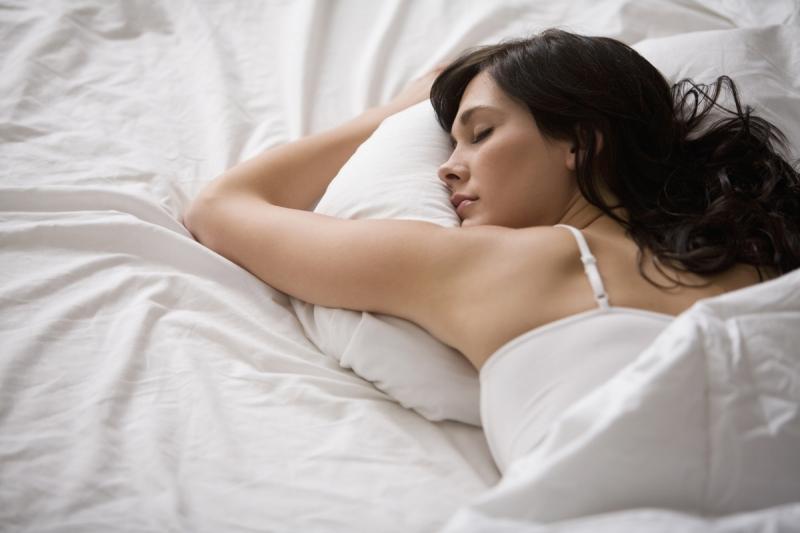 Bạn nên dành khoảng 10 phút để nghỉ ngơi hoặc ngủ một giấc để làn da không bị mệt mỏi và tránh các nếp nhăn hình thành.