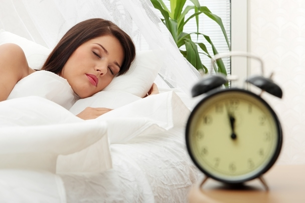 Khi càng lớn tuổi, bạn cần phải ngủ nhiều hơn, việc nghỉ ngơi điều độ sẽ giúp cơ thể của bạn nhanh chóng lấy lại sự cân bằng, cung cấp nồng độ oxy đầy đủ cho da và máu.