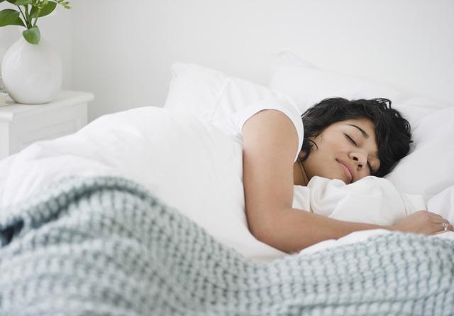 Ngủ nhiều làm cơ thể mệt mỏi, giảm năng lượng, nguy cơ gây bệnh béo phì, đau đầu, trầm cảm, bệnh tim