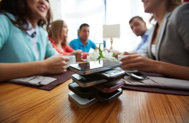 Nếu muốn cai nghiện, bạn hãy đặt điện thoại qua một bên, để sang chính sách rung và đừng màng đến nó trong bữa ăn