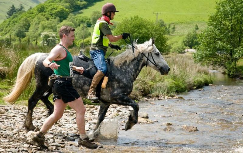 Người chạy đua với ngựa