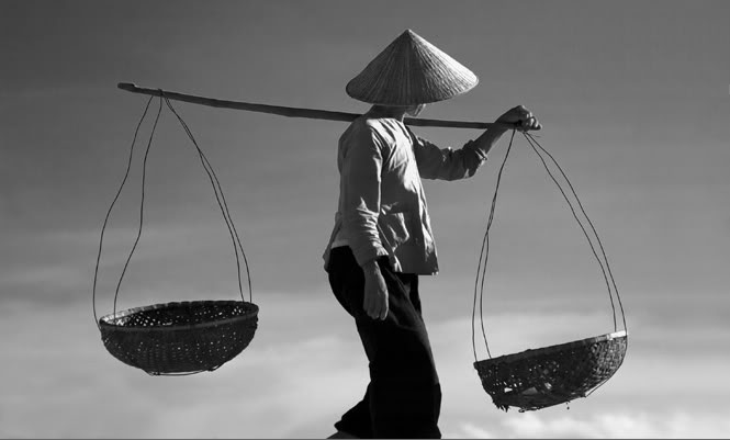 Hình ảnh của những bà Mẹ Việt Nam lam lũ, tảo tần sớm hôm luôn đọng lại trong tim người nhìn